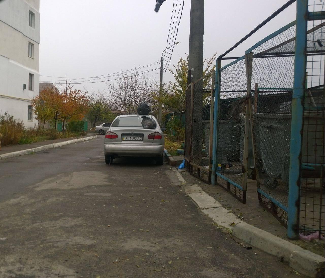 Миколаївці наказали нахабного паркувальника, та накидали на авто сміття