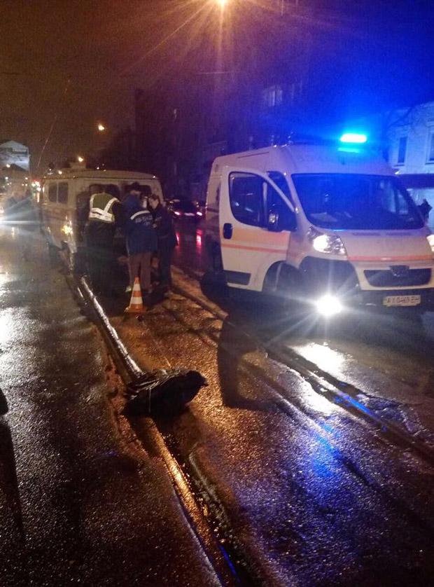 У Харкові автомобіль збив двох пішоходів та зник з місця ДТП - фото 1