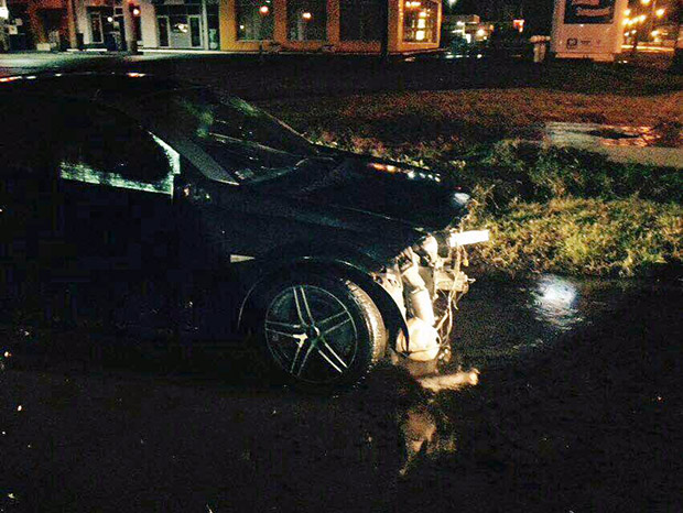 У Харкові автомобіль врізався в бетонний блок - фото 1