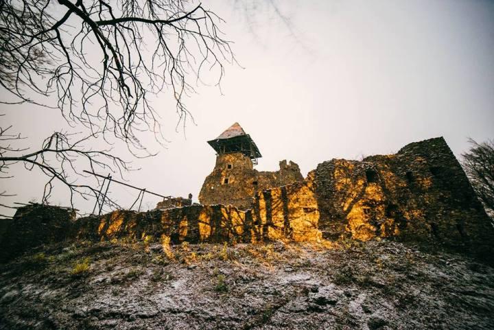 Як містично виглядає Невицький замок з супермісяцем і першим снігом - фото 2