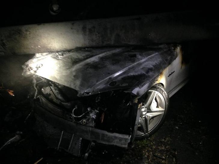 У Дніпрі автівка, тікаючи від поліції, знесла стовп та згоріла вщент - фото 3