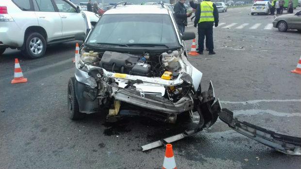 На Салтівці авто протаранило легковик: постраждав пішохід і кілька пасажирів (ФОТО) - фото 2