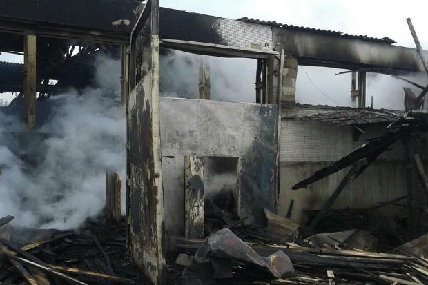 Під Харковом згорів склад будматеріалів та деревини - фото 1