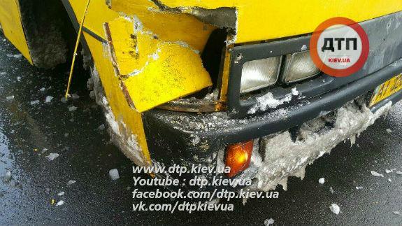 ВКиеве столкнулись две маршрутки наостановке, есть пострадавшая