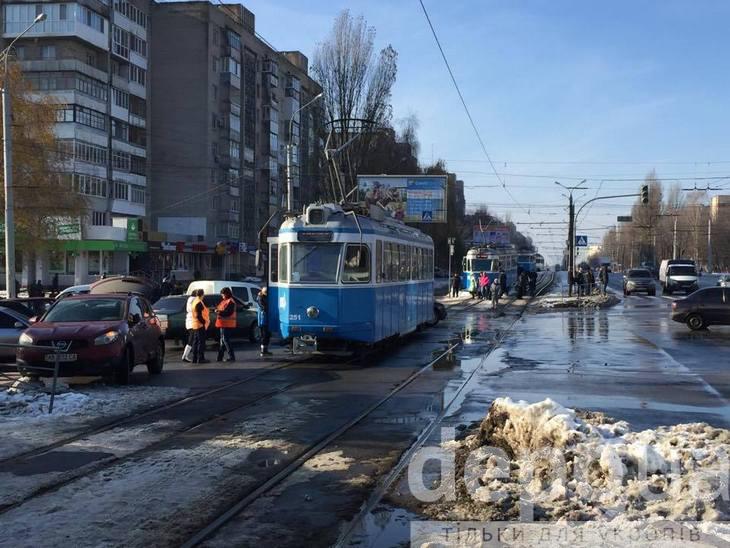 На Вишеньці через ДТП стоять трамваї - фото 2