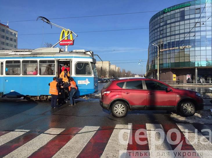 На Вишеньці через ДТП стоять трамваї - фото 1