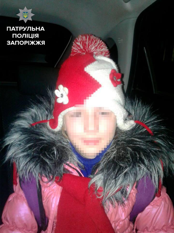 Запорізькі патрульні знайшли маленьку дівчину, яку розшкували батьки - фото 1