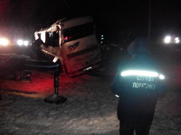 Як поблизу Дніпра рятувальники краном піднімали автобус після страшної ДТП - фото 1