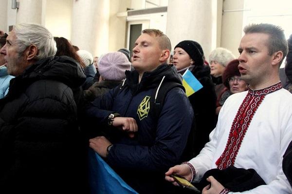 Сотні дніпрян заспівали на вокзалі гімн України і патріотичні пісні - фото 1