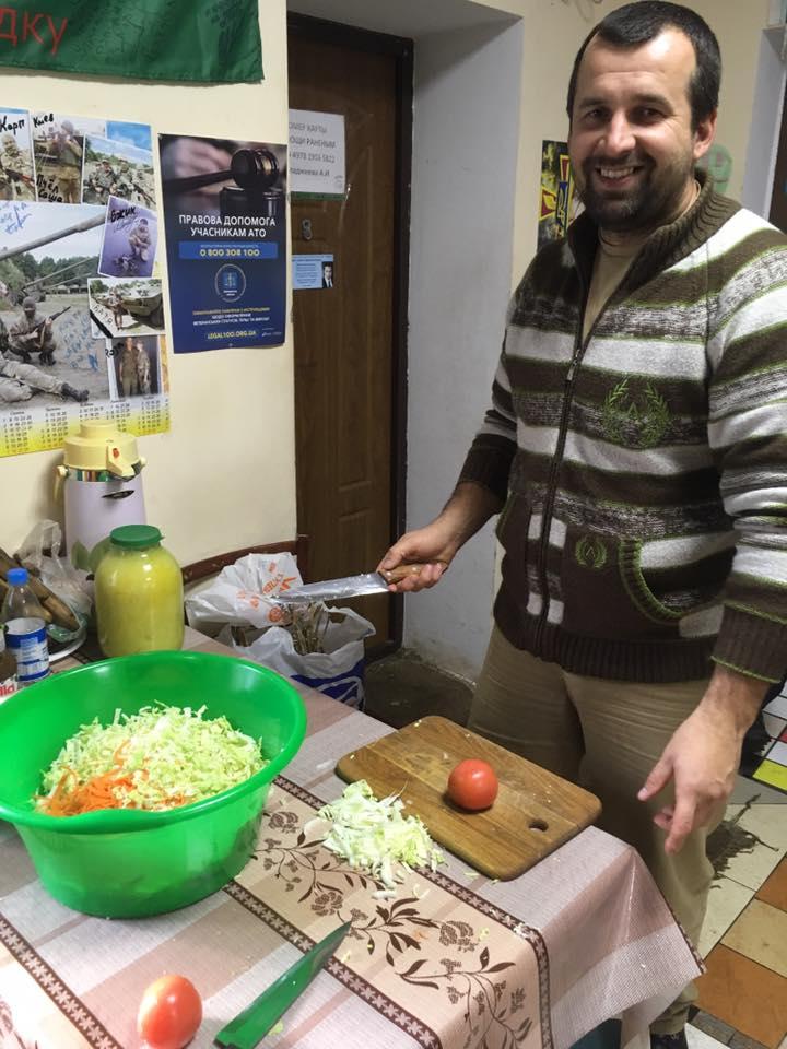 У Дніпрі бійці робили волонтерам салат у військовому шпиталі - фото 1
