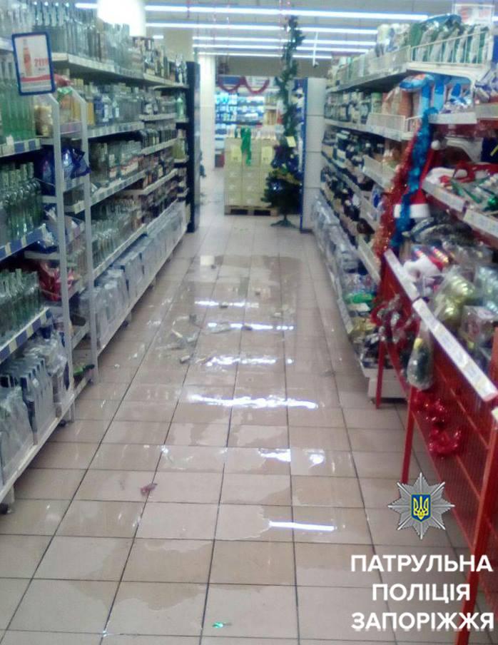 У Запоріжжі 18-річний хлопець влаштував погром у супермаркеті - фото 1