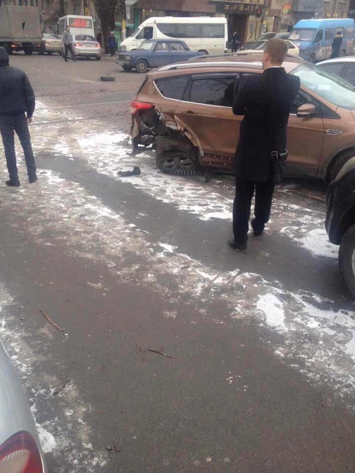 В центрі Дніпра екскаватор-руйнівник зносив автівки на своєму шляху - фото 8