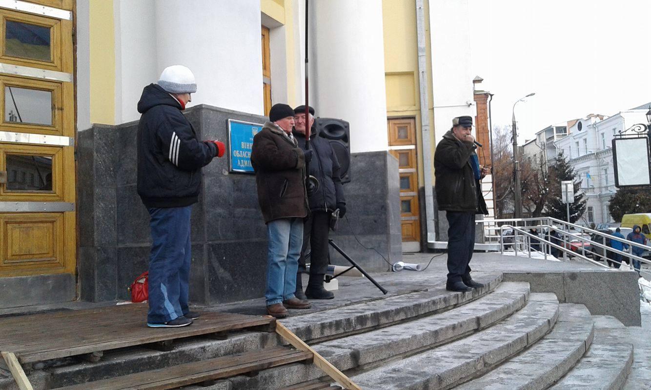 Прихильники Хорта принесли під Вінницьку ОДА шини - фото 1