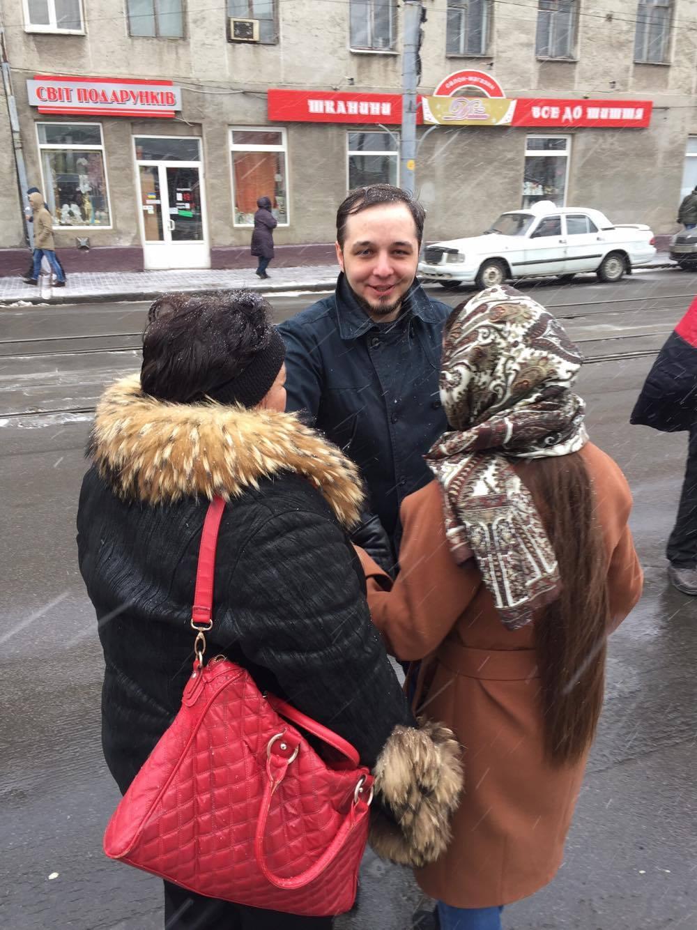 Замість мітингу - поцілунки: Юрій Хорт показав, як скучив за своєю дівчиною - фото 4