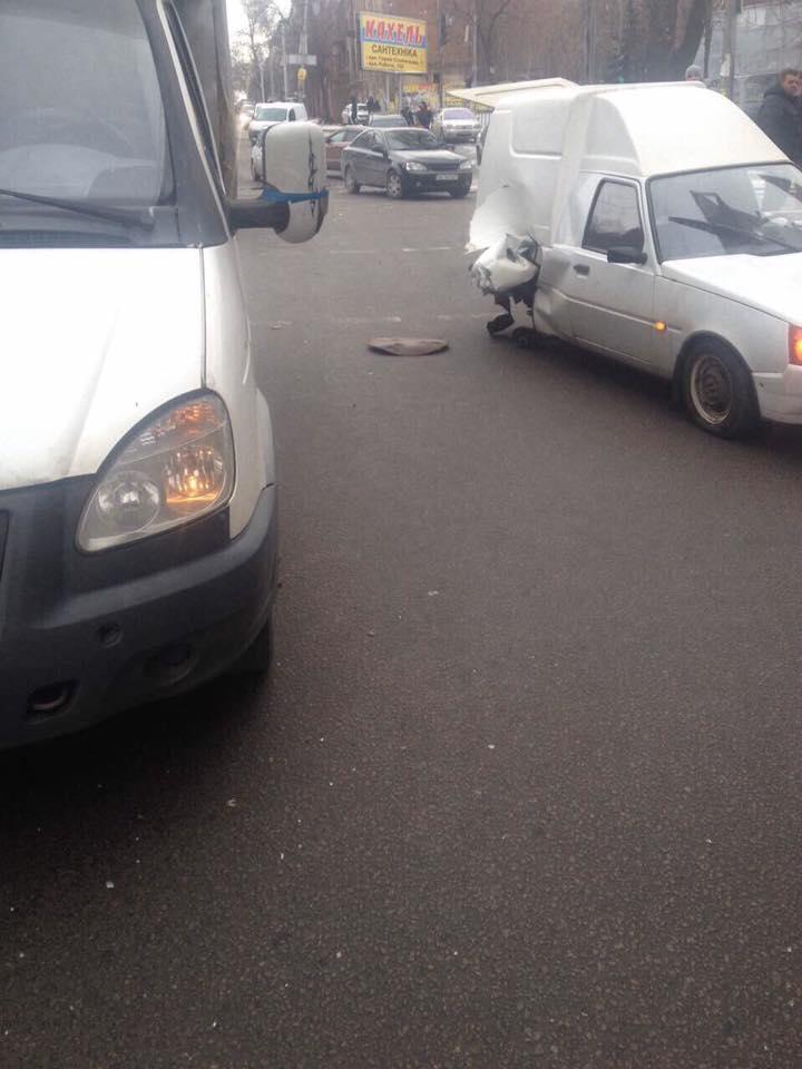 В центрі Дніпра екскаватор-руйнівник зносив автівки на своєму шляху - фото 7