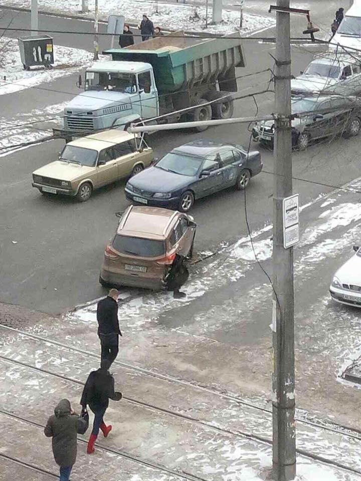 В центрі Дніпра екскаватор-руйнівник зносив автівки на своєму шляху - фото 6