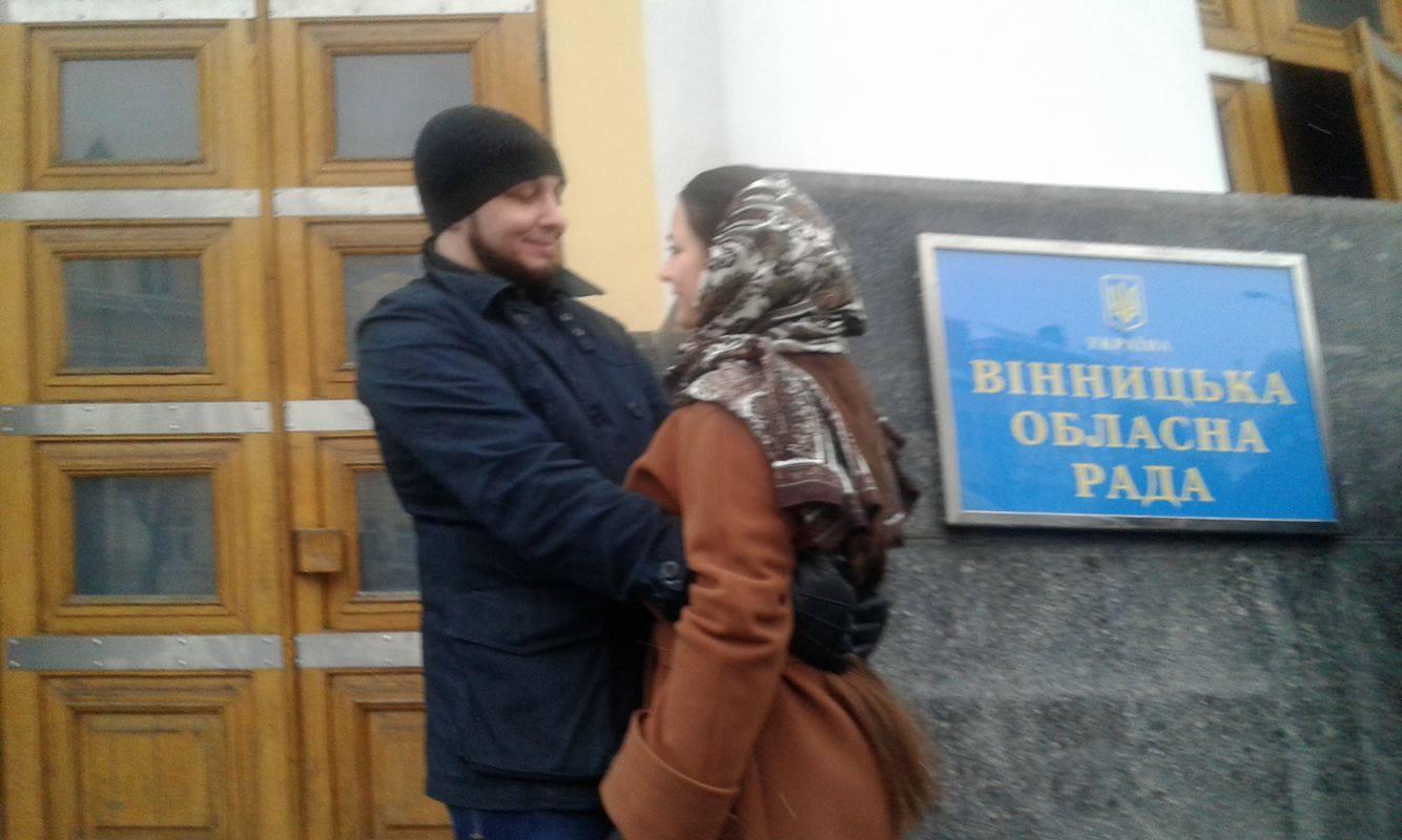 Замість мітингу - поцілунки: Юрій Хорт показав, як скучив за своєю дівчиною - фото 3