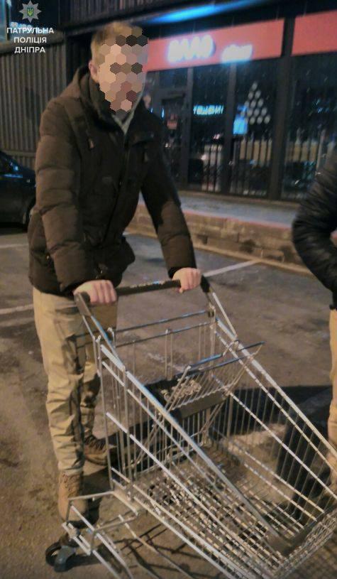 У Дніпрі хлопці на візку з супермаркету каталися по Новому мосту - фото 1