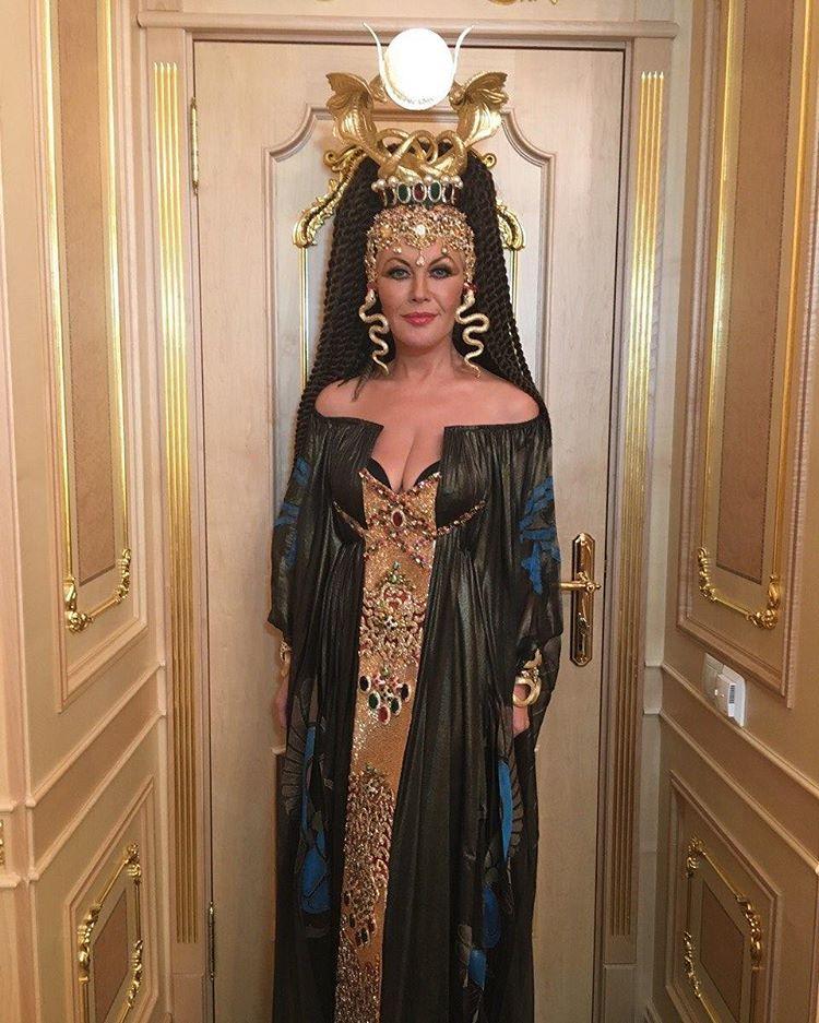 Повалій виступила на сцені Кремля із канделябром на голові в образі Клеопатри  - фото 1