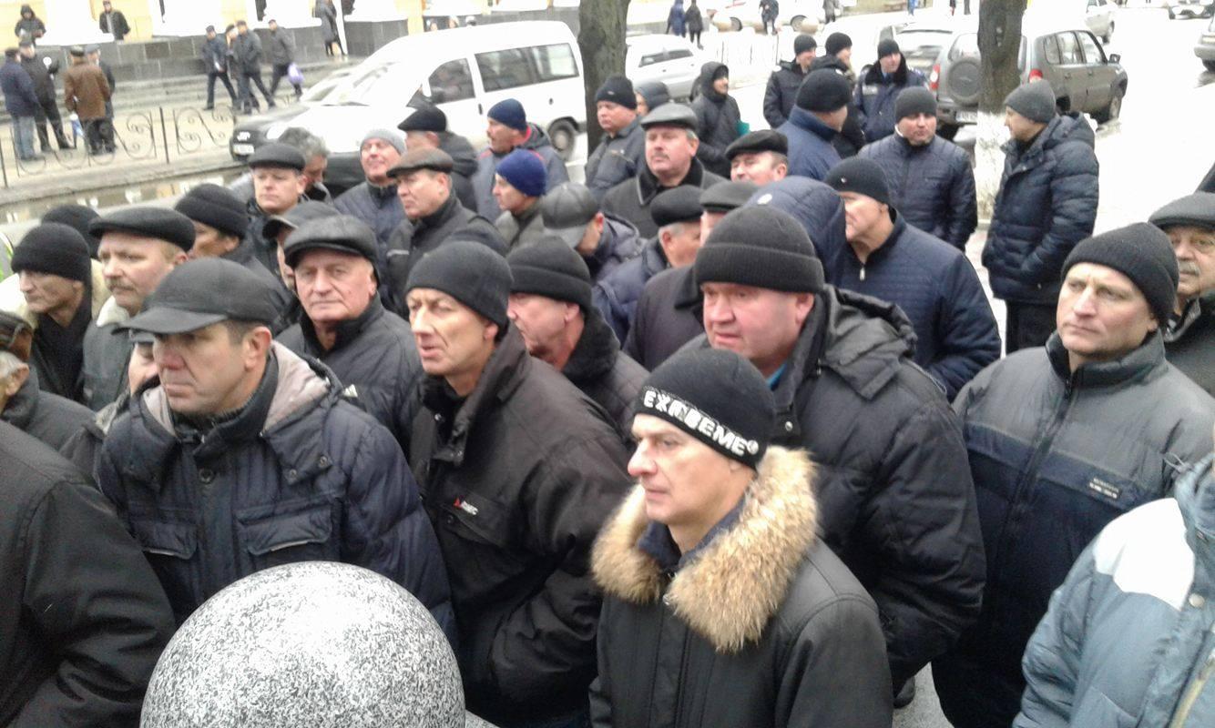 Коровій не переконав ветеранів міліції: Мітингувальники пішли до Педоса - фото 7