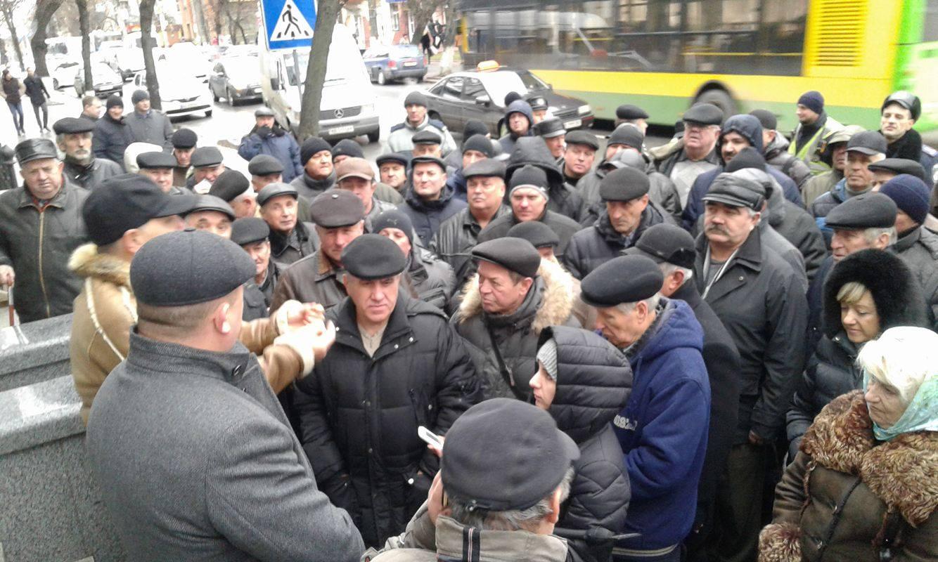 Коровій не переконав ветеранів міліції: Мітингувальники пішли до Педоса - фото 5