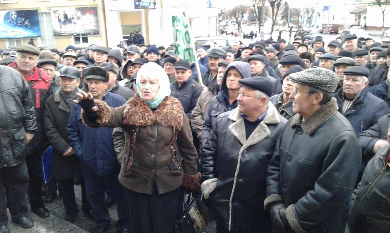 Коровій не переконав ветеранів міліції: Мітингувальники пішли до Педоса - фото 4