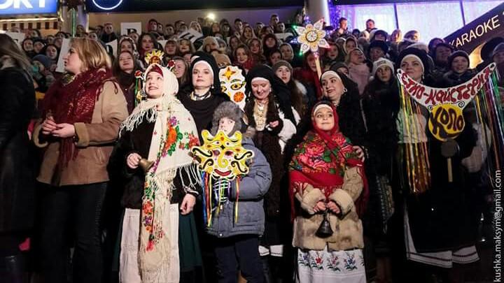 """У Вінниці три сотні хористів просто неба співали легендарний """"Щедрик"""" - фото 1"""