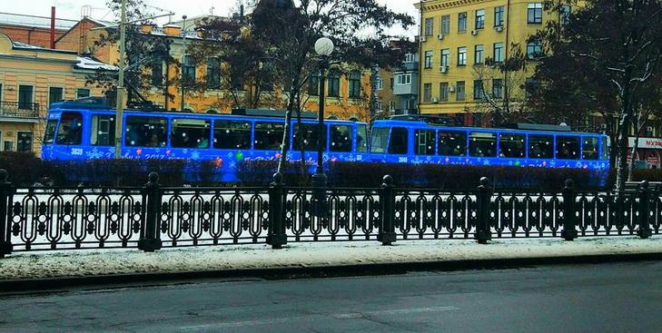 Центром Дніпра курсує святковий трамвай - фото 1