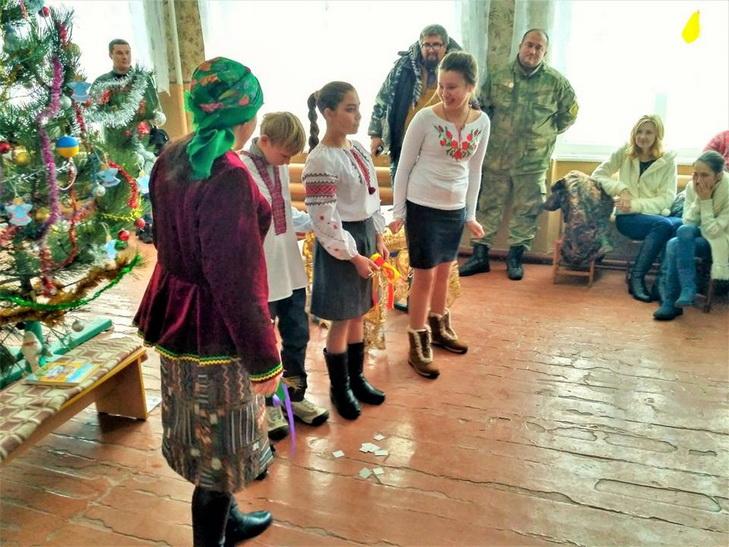 Дніпрянські волонтери вітали з Миколаєм дітей на лінії вогню - фото 1