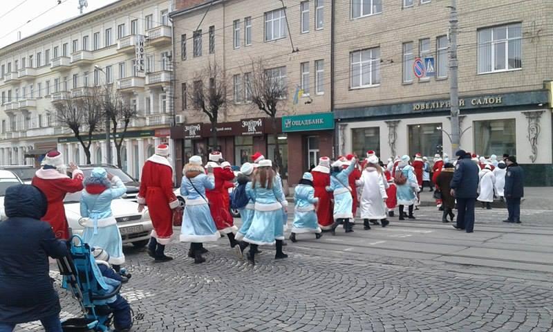 Більше півсотні Дідів Морозів та Снігуроньок заполонили вулиці Вінниці - фото 9