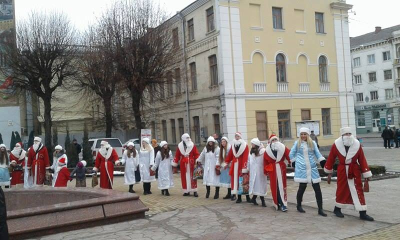 Більше півсотні Дідів Морозів та Снігуроньок заполонили вулиці Вінниці - фото 8