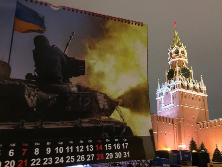 """Українські """"партизани"""" влаштували """"танковий"""" флешмоб біля Кремля - фото 1"""