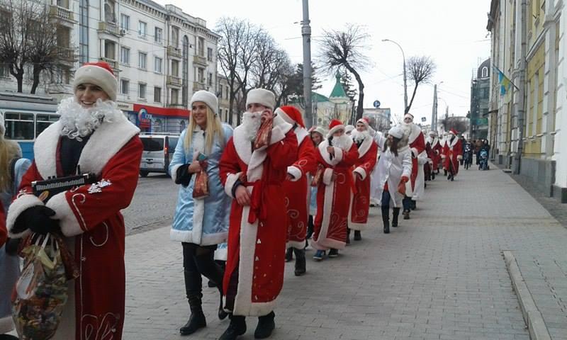Більше півсотні Дідів Морозів та Снігуроньок заполонили вулиці Вінниці - фото 7
