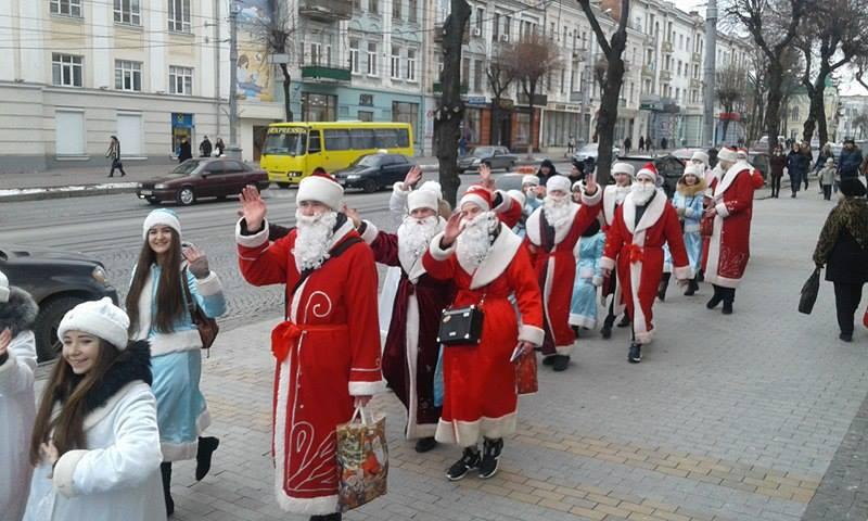 Більше півсотні Дідів Морозів та Снігуроньок заполонили вулиці Вінниці - фото 6