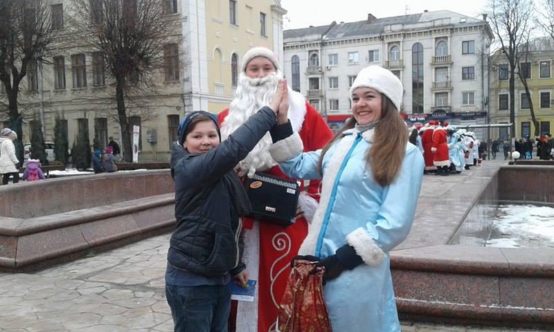 Більше півсотні Дідів Морозів та Снігуроньок заполонили вулиці Вінниці - фото 4