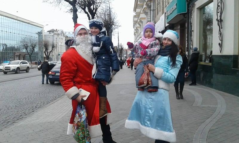 Більше півсотні Дідів Морозів та Снігуроньок заполонили вулиці Вінниці - фото 5