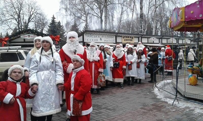 Більше півсотні Дідів Морозів та Снігуроньок заполонили вулиці Вінниці - фото 3