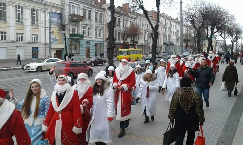 Більше півсотні Дідів Морозів та Снігуроньок заполонили вулиці Вінниці - фото 1