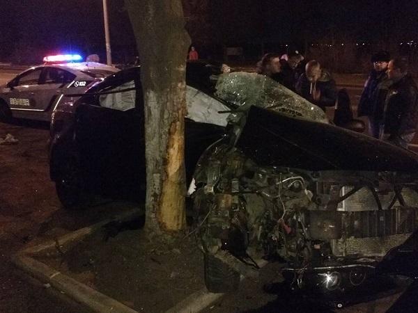 У Дніпрі іномарка на набережній на великій швидкості врізалася у дерево - фото 1