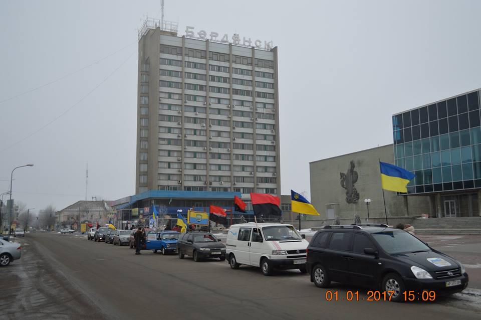 У Бердянську на честь дня народження Бандери влаштували автопробіг - фото 2