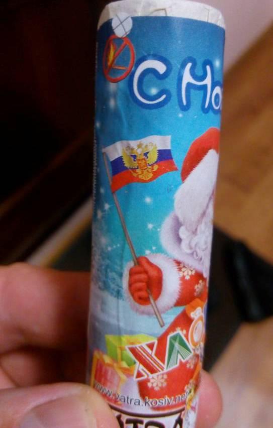 На Прикарпатті виготовляють новорічні хлопавки з російським триколором - фото 1