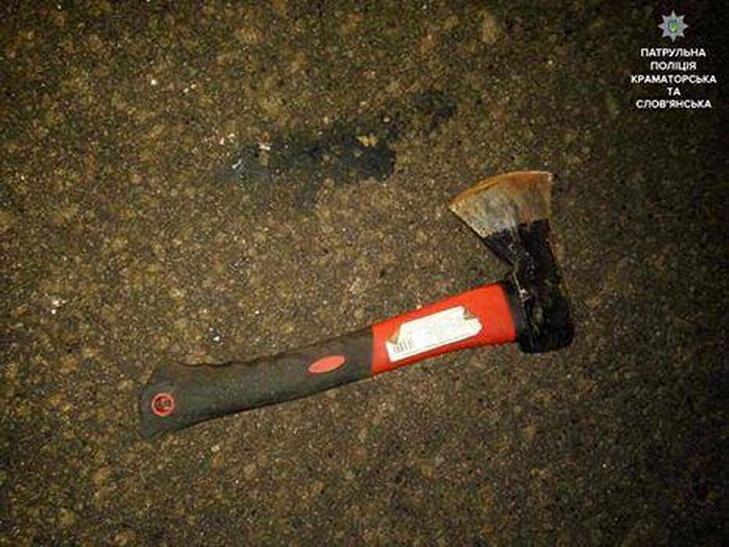 У Дніпрі рятують пораненого сокирою поліцейського - фото 1