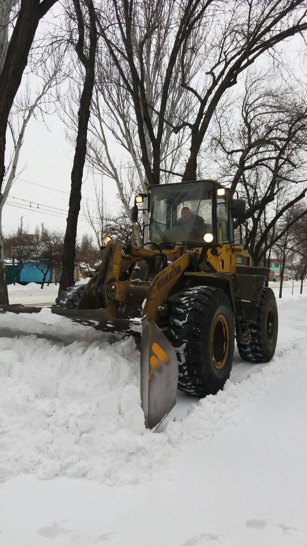 """Миколаївські комунальники """"відкопують"""" тротуари"""