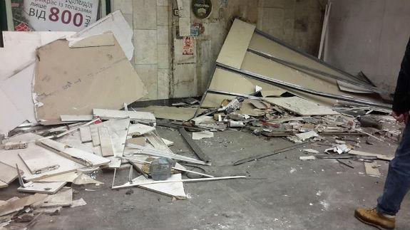 Біля столичної станції метро знову розтрощили МАФи  - фото 1