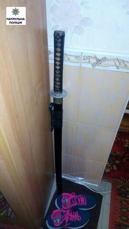 Патрульні Миколаєва знайшли у квартирі місцевого мешканця рушниці ножі та пістолети