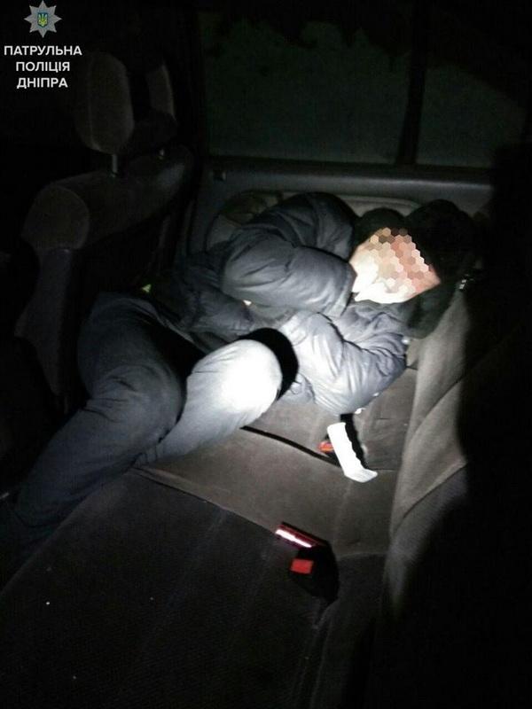 У Дніпрі чоловік заснув у чужій автівці - фото 1