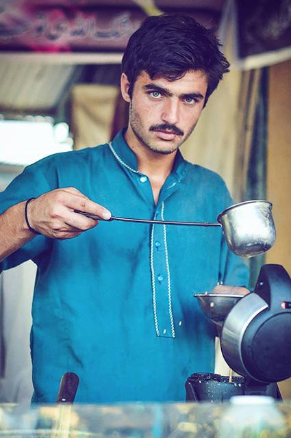 18-річний блакитноокий продавець чаю з Пакистану став зіркою соцмереж - фото 1