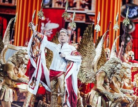 Повалій виступила на сцені Кремля із канделябром на голові в образі Клеопатри  - фото 2