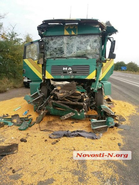 Під Миколаєвом зіткнулися дві фури: водія дорвелося деблокувати рятувальникам