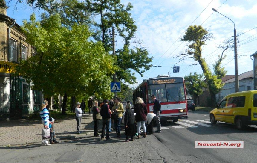 У Миколаєві бабуся-роззява потягла 6-річну онуку прямо під колеса тролейбусу - фото 4